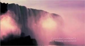 Un ovni fait un plongeon dans les chutes Niagara