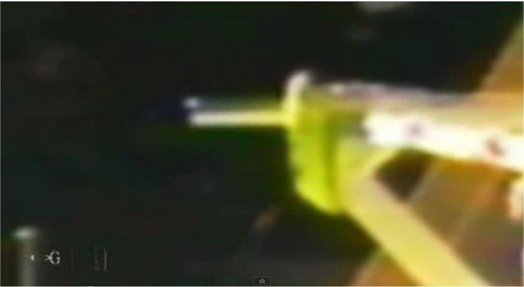 Une créature extraterrestre nageant autour de l'ISS