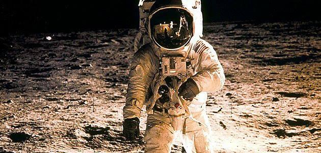 Les anomalies de la Lune revisitées