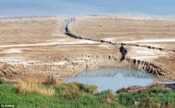 La mer morte avalée par les sinkholes