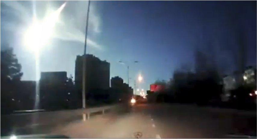 Un météore aussi brillant que le jour illumine le ciel ukrainien