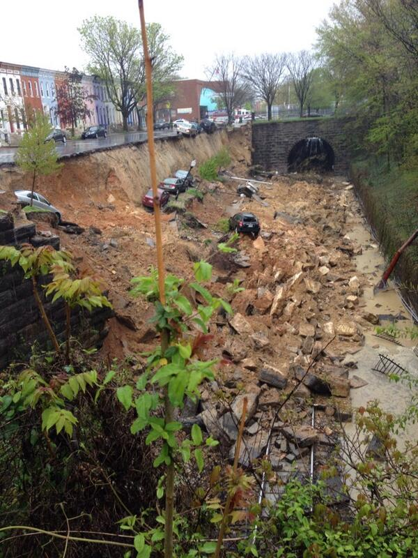 Une rue entière s'effondre à Baltimore dans un spectaculaire glissement de terrain