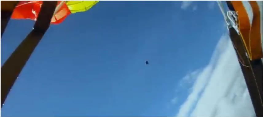 Des parachutistes évitent une météorite de justesse