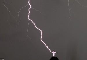 Foudroyé par un éclair, le Christ de Rio perd une partie de son pouce