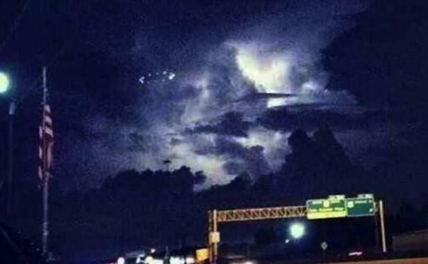 Un OVNI survole le Texas un soir de tempête