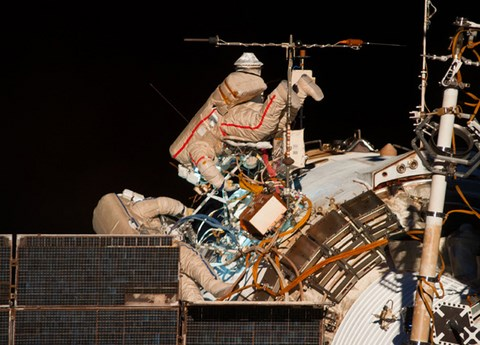 Les cosmonautes russes Alexander Skvortsov (à droite) et Oleg Artemiev ?(Crédit: NASA/STSCI).