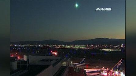 Boule lumineuse dans le ciel japonais! Météore ou ovni?