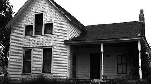 Il se poignarde dans une maison hantée
