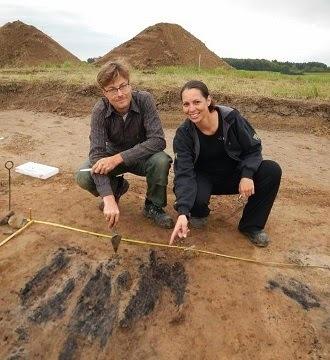 Søren Sindbæk et Nanna Holm ont découvert des restes de bois brûlé au niveau de l'un des portes. Image: Danish Castle Centre