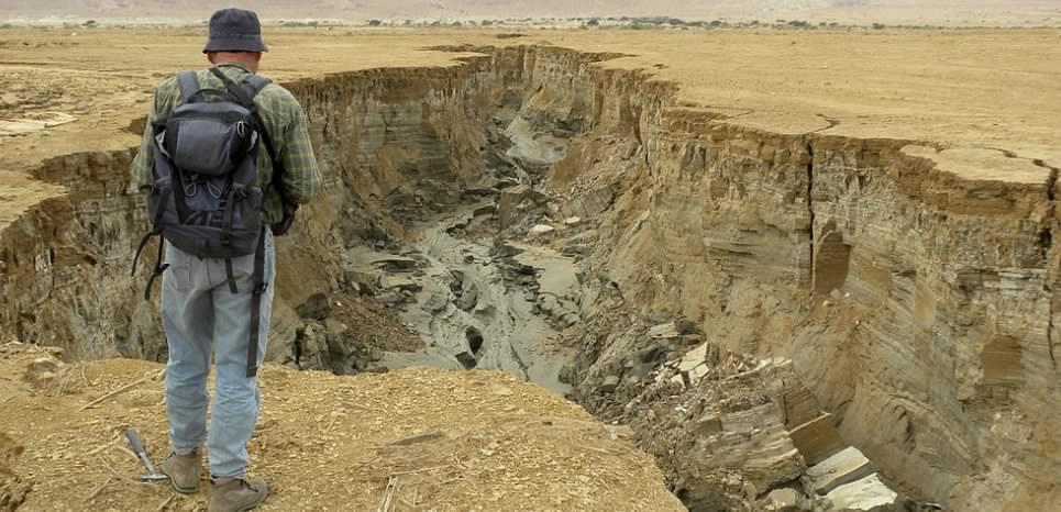Des gouffres s'ouvrent chaque jour autour de la mer Morte