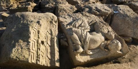 Vénus (sans tête) et la vieille femme (sans corps) dont Homère raconte qu'elle fut pétrifiée par la déesse de l'amour après avoir trahi sa cachette