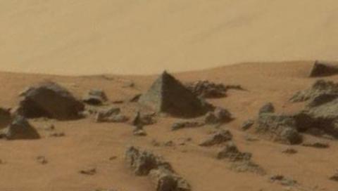 """La NASA explique """"comme elle le peut"""" la présence d'une pyramide sur Mars"""