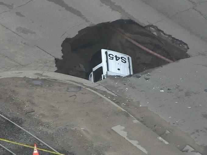 Sinkhole: Quand une voiture de flic se retrouve dans le trou
