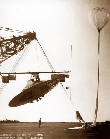 Un ballon de haute altitude est lancé à partir du terrain d'aviation de Roswell en 1967.