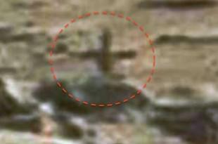 Une Croix se tient sur Mars à côté d'un temple en ruine