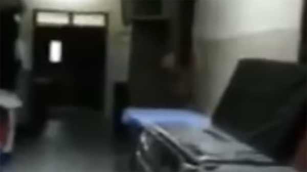 un fantôme se balade dans les couloirs d'un hôpital