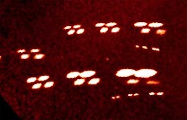 Une flotte d'ovnis en formation passe près de la Terre