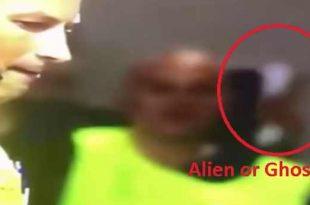 L'arbitre Reptilien Mark Clattenburg et un Fantôme Extraterrestre dans un stade