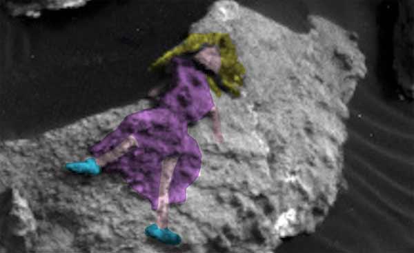 Une femme qui porte une robe repérée dans des photos du rover Curiosity de la NASA