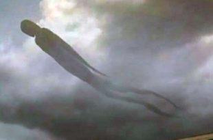 Un forme humaine géante traverse le ciel en Zambie