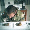 Vidéo - Alien Project : Thierry Jamin observe des bouses de Lamas fossilisées posées sur du Sopalin