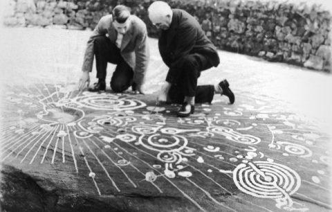 Une grande tablette de pierre sculptée déterrée en Écosse