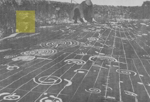 La pierre de Cochno avec ses motifs retouchés mis en évidence. Il s'agit d'une tablette de 9×19 m, photographiée par Ludovic Maclellan en 1937. (Domaine public)