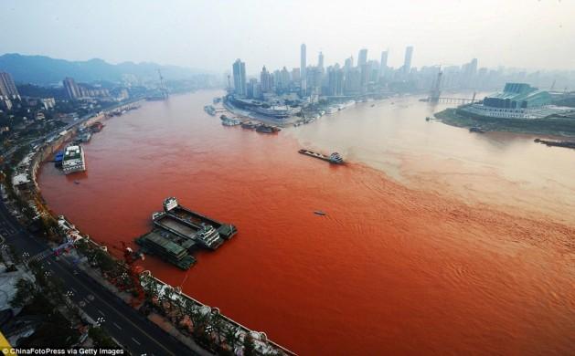 Le fleuve Yangzi Jiang en Chine devient rouge