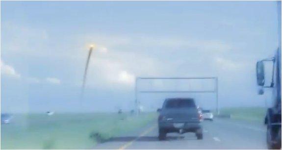 Une voiture attaqué par des ovnis