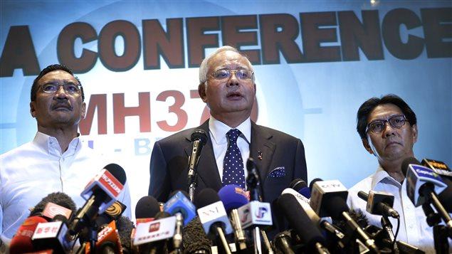 Le premier ministre malaisien, Najib Razak (au centre), accompagné du ministre des Transports, Hishamuddin Hussein (à g.), et du directeur général du département de l'aviation civile, Azharuddin Abdul Rahman, lors de la conférence de presse, samedi, à Sepang.