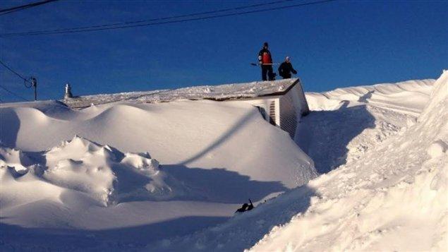 Une maison complètement ensevelie sous la neige à Terre-Neuve-et-Labrador