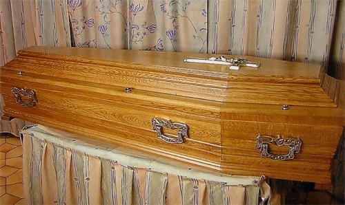 'Mort', il quitte son cercueil et attaque le prêtre en pleine cérémonie funèbre