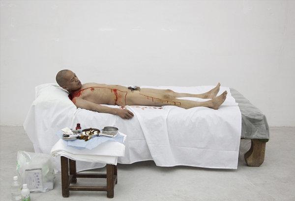 Un artiste chinois se coupe une côte sans anesthésie et la porte en collier…