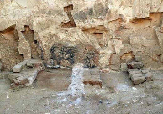 Un four a été construit pour produire suffisamment de chaux pour couvrir les restes des victimes de l'épidémie dans l'ancienne ville égyptienne de Thèbes. N. Cijan / L'ACSES ONLUS