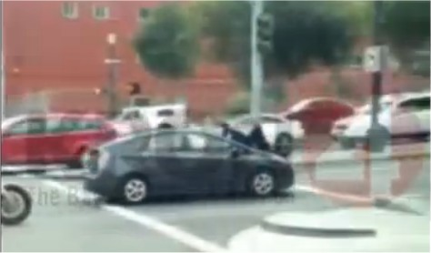 Insolite: Elle roule deux kilomètres avec un policier sur le capot