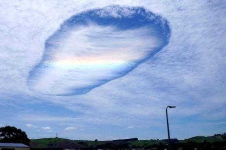 Une formation atmosphérique surprenante est apparue dans le ciel australien, un ovni?