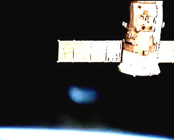 Un ovni bleu s'est approché de l'ISS