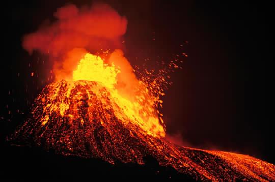 Islande : Les voitures font le plein dans les volcans