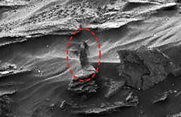 Une femme extraterrestre sur Mars observe le Rover du haut d'une colline