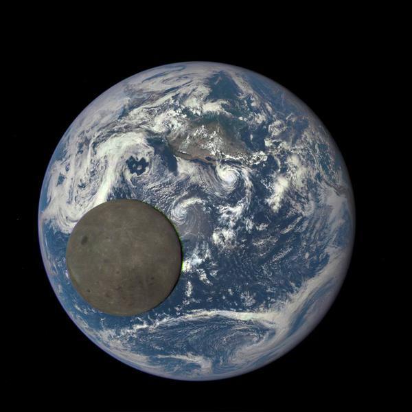 La NASA photographie la face cachée de la lune passant devant la Terre (sans trucage)