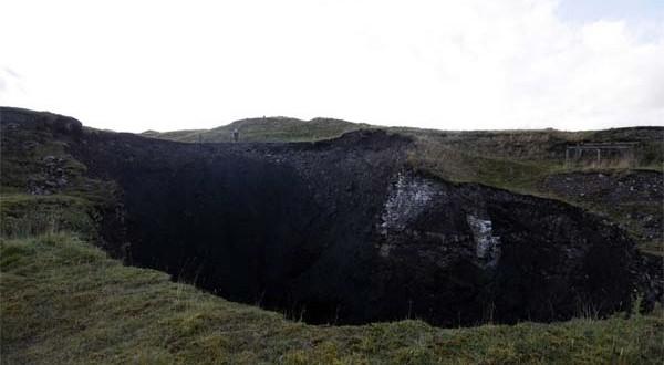 Formation d'un Sinkhole de 30 mètres de large dans le comté de Durham, si profond que l'on en voit pas le bout