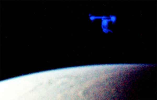 Un ovni bleu qui saute dans le Temps directement dans l'Espace
