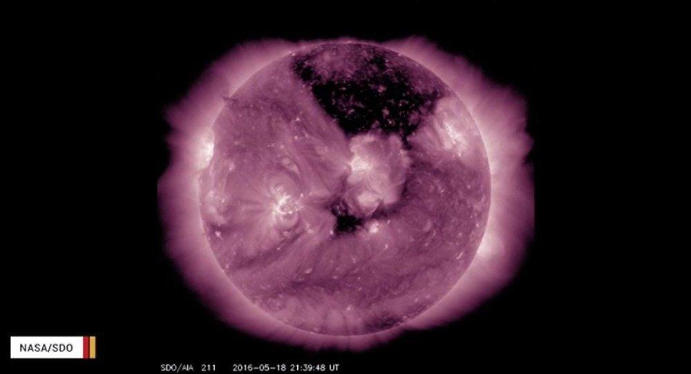 Un trou géant à la surface du Soleil