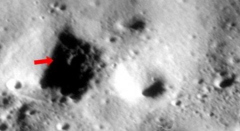 BUGZILLA: Des photos de la NASA montrent un gigantesque insecte sur la LUNE