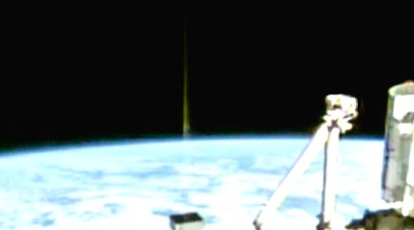 Un ovni s'échappe de la Terre et provoque l'apparition d'un faisceau laser derrière lui