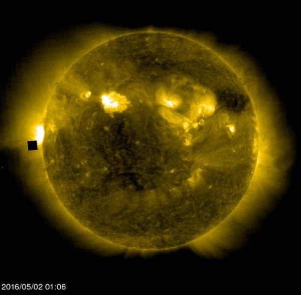 Ovni: Un Cube Noir Géant apparaît près du Soleil