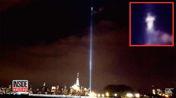 Une créature extraterrestre apparaît au sein des faisceaux lumineux du mémorial du WTC