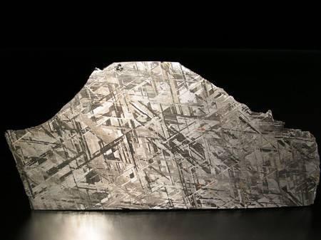 On voit sur cette image une coupe de la météorite Gibeon, une sidérite octaédrite classée IV A et trouvée en Namibie en 1836. La belle structure de ses figures de Widmanstätten et son excellent état de conservation en font la météorite la plus utilisée en bijouterie. Elle est surtout très précieuse pour les géologues car elle donne des indices sur l'aspect du noyau de la Terre, en fer et en nickel. Ces météorites pourraient être des vestiges des noyaux de petites planètes. © L. Carion, carionmineraux.com