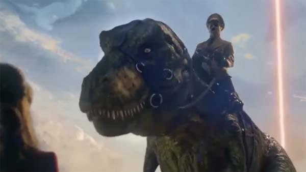 Hitler chevauche un T-Rex et sauve le monde dans la nouvelle bande-annonce d'Iron Sky 2