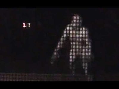 Vidéo: Cette créature HUMANOÏDE a été filmée à la tombée de la nuit